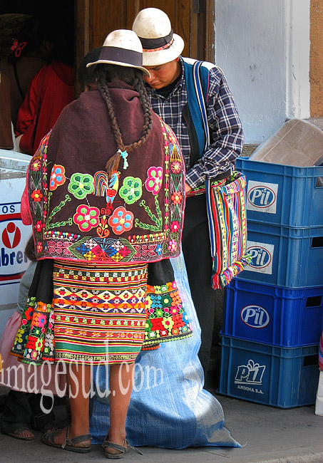 Art de la broderie, habit traditionnel des indiens des Andes en Bolivie