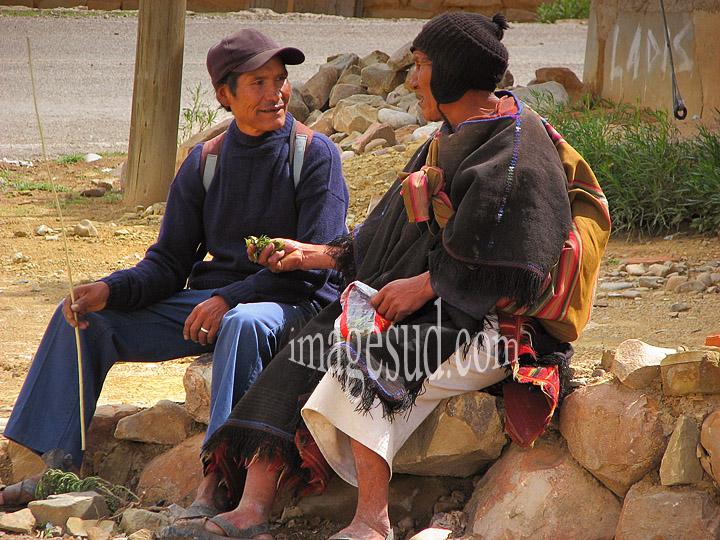 Petit cadeau de feuilles de coca entre amis, scène de rue en Bolivie