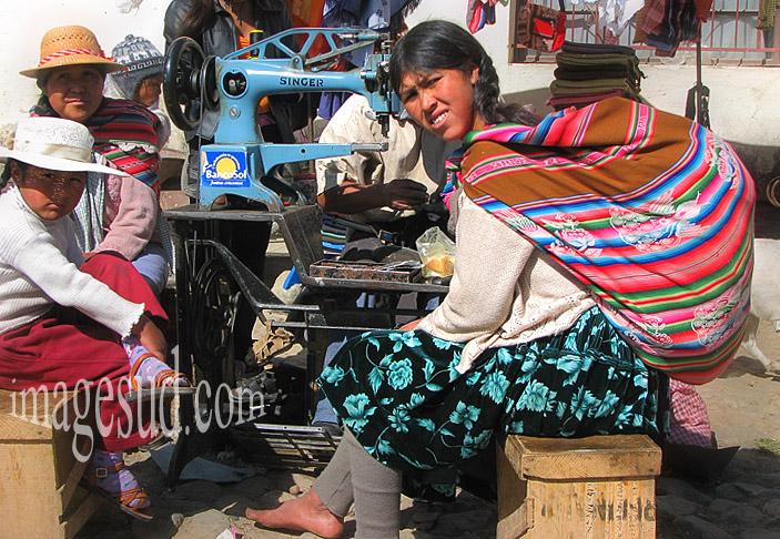 Bolivie : chez le cordonnier de marché, scène de marché en Bolivie