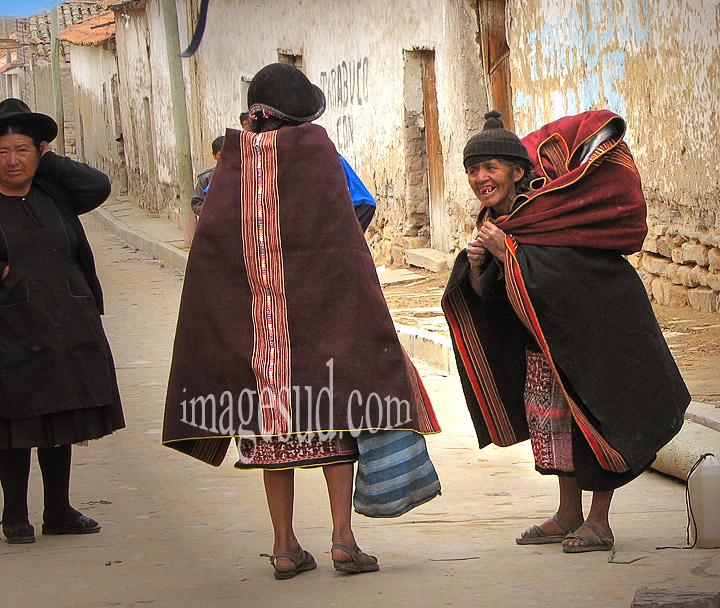 Bolivie : costume traditionnel dans la région de Sucre, altiplano des Andes en Bolivie