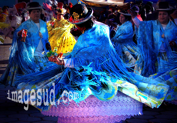 Danse de femmes Aymara de Bolivie en costume traditionnel, carnaval de Oruro, Bolivie