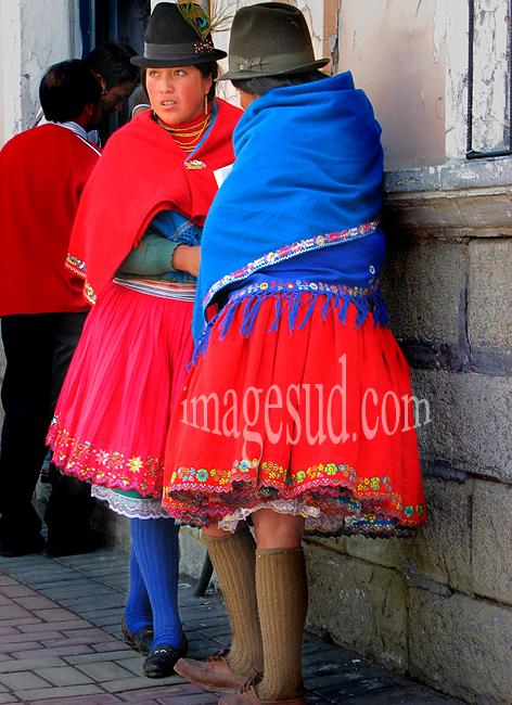 Jeunes femmes quechua des Andes en costume traditionnel, scène de rue à Riobamba, Equateur,
