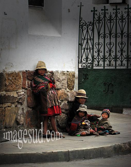 Exode rural et pauvreté en Bolivie : une mère et ses enfants vivant dans la rue, un soir dans une rue gelée de Potosi