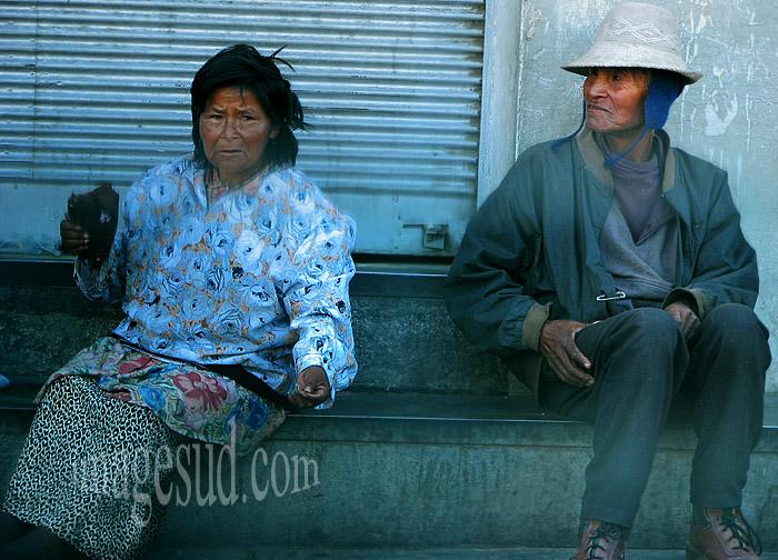 Exode rural : les indigènes des Andes descendent vers la grande ville de la plaine, scène de rue à Cochabamba