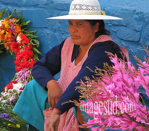 Bolivie : Marchande de fleurs, scène de rue