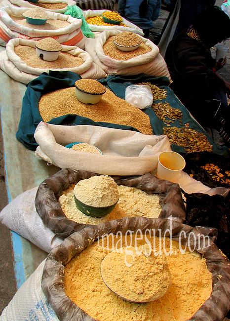 Grains et farines sur un marché des Andes, Amérique du sud