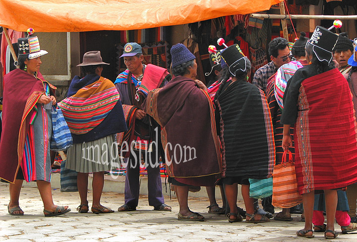 Scène de rue à Tarabuco : habits traditionnels en Bolivie