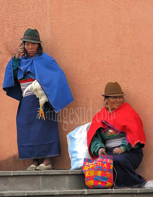 Le portable à l'oreille et la poule sous le bras, paysanne au marché, Andes