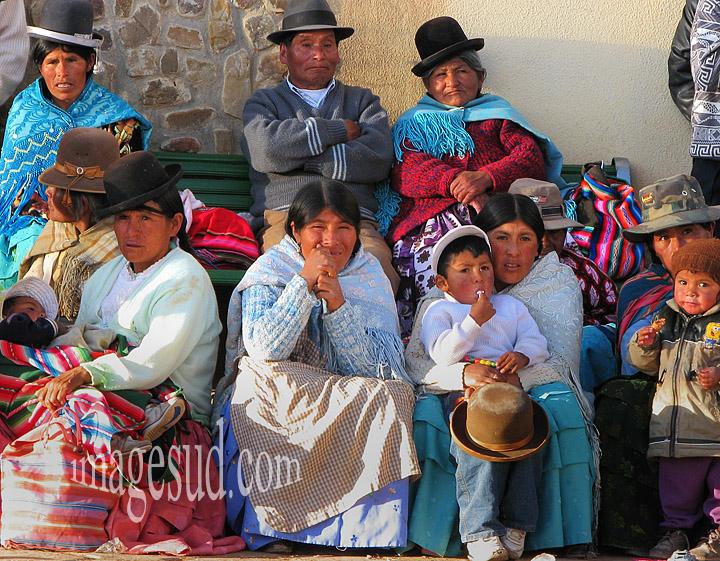Bolivie : Groupe d'indiens des Andes, peuple Aymara, scène de rue en Bolivie