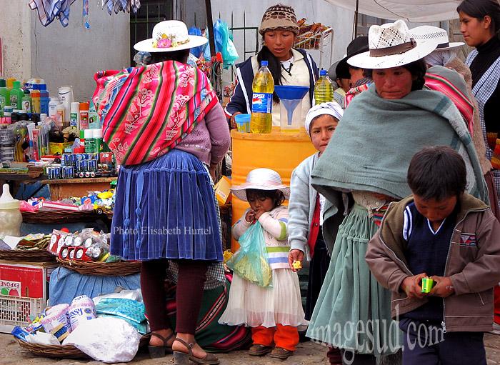 Scène de marché indigène en Bolivie