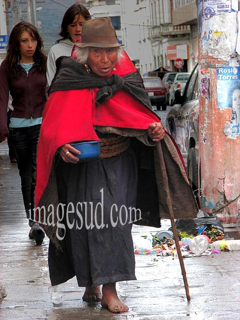 Mendiante indigène dans une rue de petite ville des Andes, Equateur