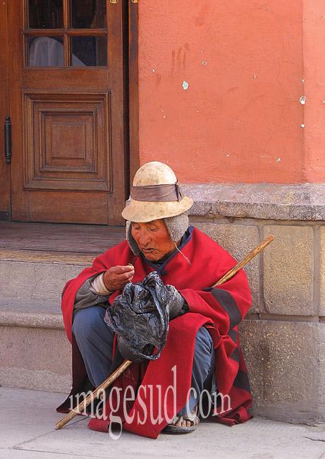 Pause coca, scène de rue à Potosi, Bolivie