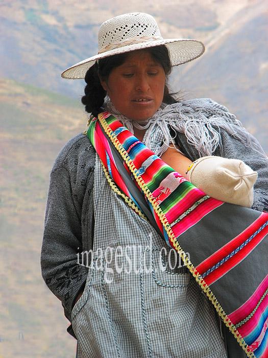 Bolivie : Jeune femme indienne des Andes avec son bébé
