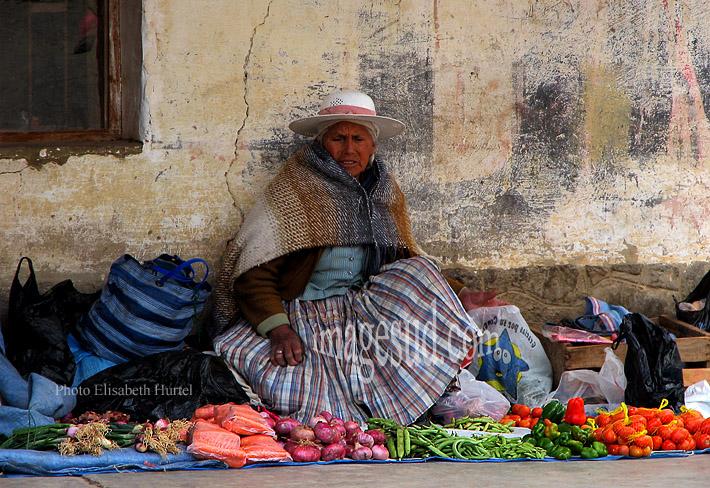 Marchande de légumes dans un village des Andes