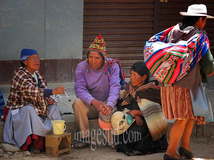 Religion et peuples des Andes : marchande de prières, scène de rue en Bolivie