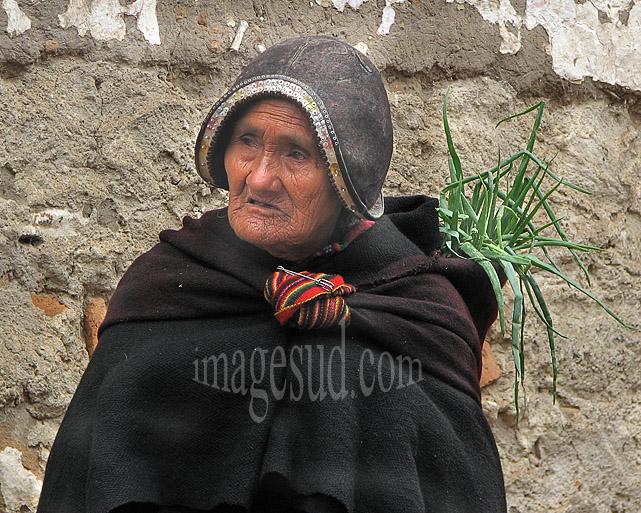 Femme indienne de Tarabuco rentrant du marché