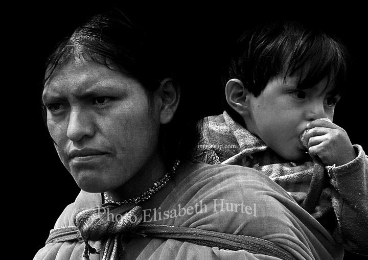 Portrait : Jeune indienne des Andes avec son enfant