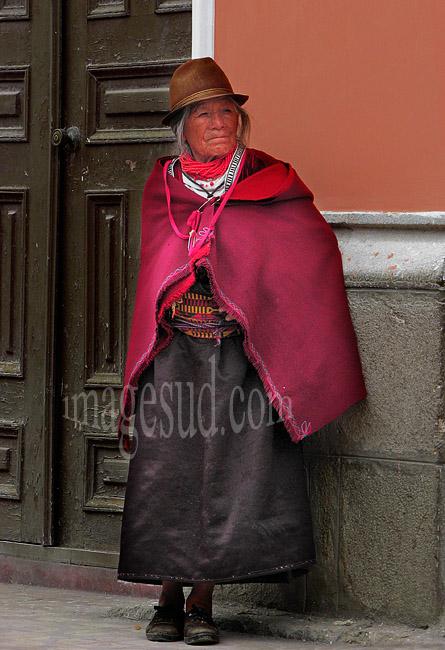 L'élégance naturelle d'une femme quechua des Andes en habits traditionnels