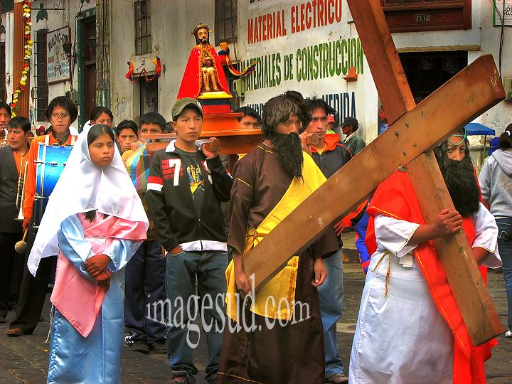 Procession religieuse dans une rue des Andes, Amériquue du sud