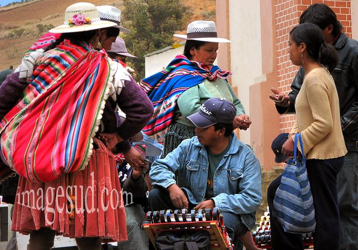 Scène de marché en Bolivie : le marchand de montres