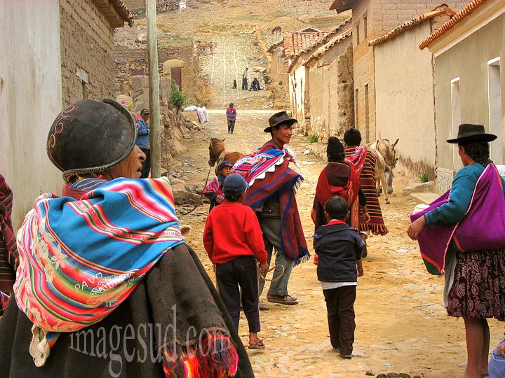 Auvillage à Tarabuco, scène de rue en Bolivie