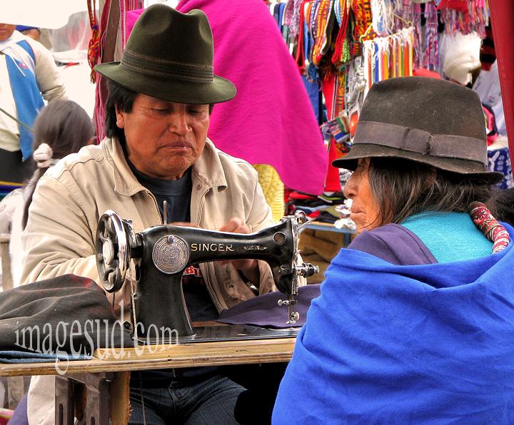 Tailleur de marché avec sa singer, scène de marché indigène, Andes, Equateur