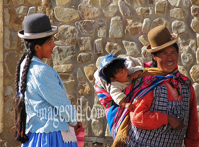 Vie quotidienne dans les Andes en Bolivie : Deux indiennes indigènes Aymara de Bolivie