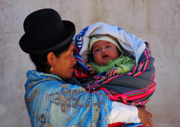 Jeune femme Aymara avec son bébé dans les bras