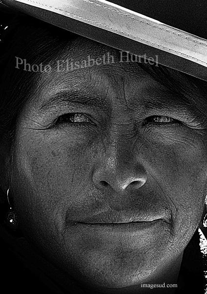 Peuples des Andes : portrait de femme en noir et blanc