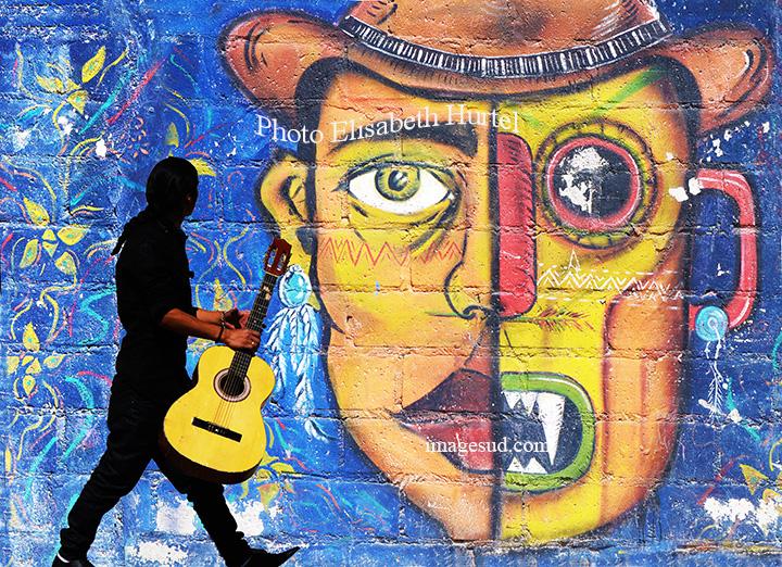 Peinture murale et guitariste, Amérique du Sud