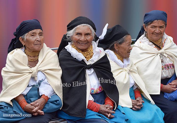 Groupe de femmes d'Otavalo, Equateur. Women of Otavalo, Ecuador.