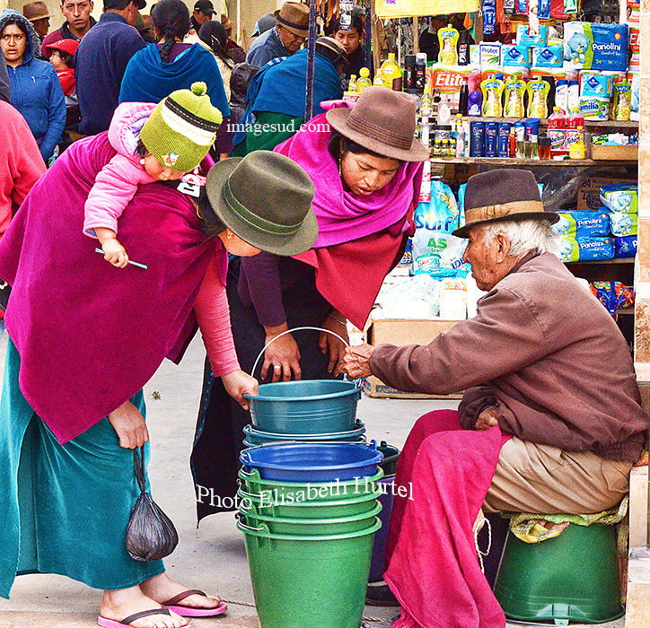 Scène de marché en Equateur. Market scene in Ecuador.
