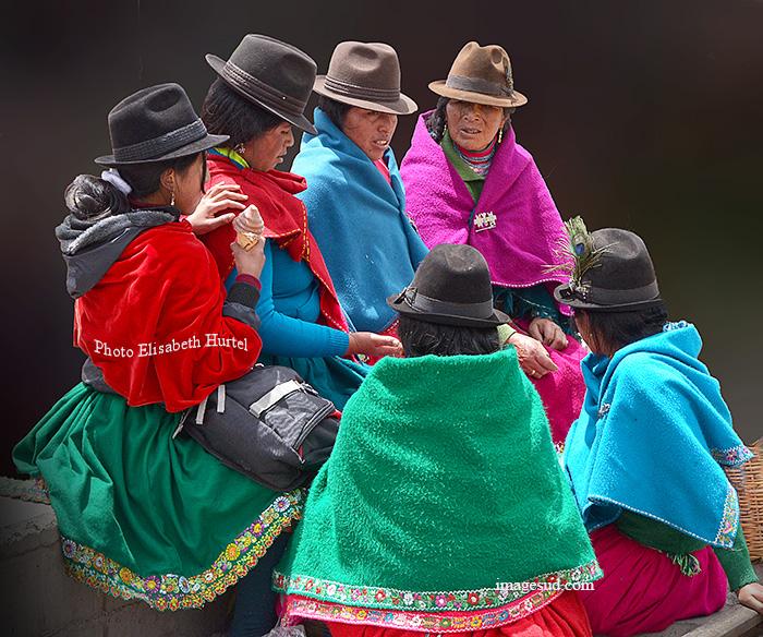 Groupe de femmes, marché indigène d'Equateur. Market scene in Ecuador.