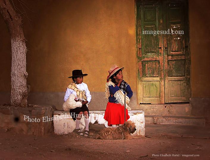 Fillettes dans une rue de village des Andes, Argentine