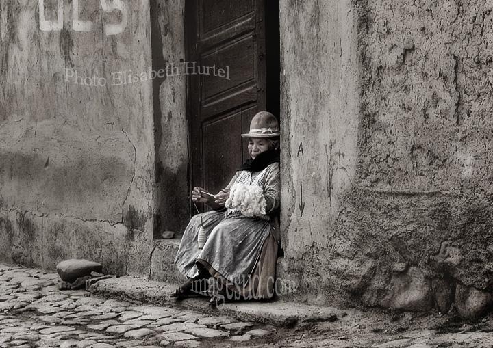 Elle file sur le pas de sa porte, Bolivie