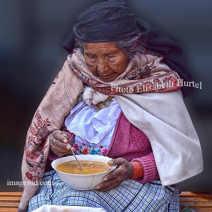 Un moment de bonheur, scène de marché à Otavalo, Ecuador