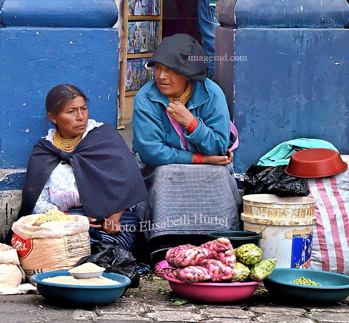 Scène de marché à Otavalo, Equateur. Market scene in Otavali, Ecuador