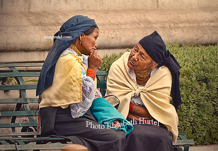 Confidences, scene de rue en Equateur. Street scene in Ecuador.