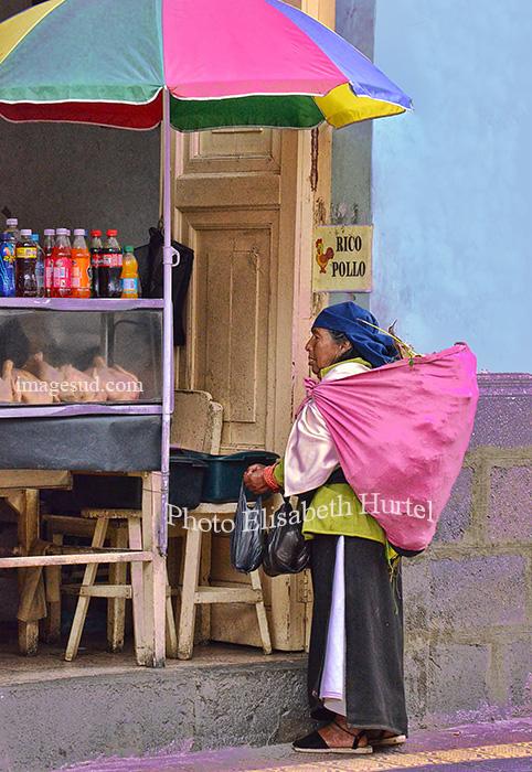 Rico pollo, scène de rue en Equateur. Ecuador street scene.