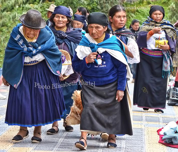 En route pour le marché, groupe de femmes à Otavalo. Street scene in Ecuador, Otavalo indigenous market.
