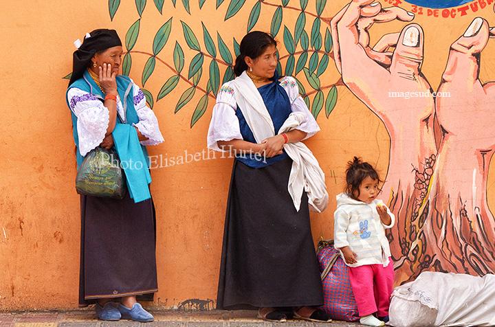 Scène de rue à Otavalo, Equateur. Street scene in Otavalo, Ecuador.