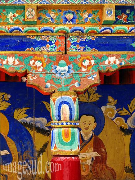 Art bouddhiste : détail des décorations des colonnes de la cour intérieure, gompa de Tikse, monastère bouddhiste au ladakh  Photo ref : Ladakh : P2-6417