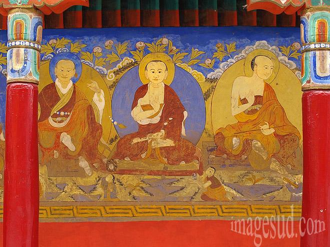 Peinture murale, cour intérieure du monastère bouddhiste de Thiksey Bouddhisme : Photo ref : Ladakh : P2-6423