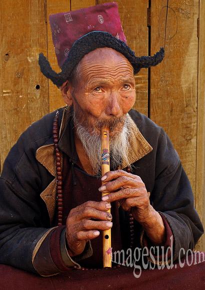 Portrait d'un joueur de flute, marché de Leh, Ladakh, Himalaya, Inde